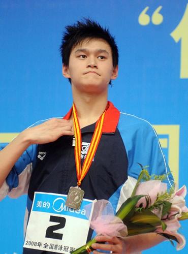 2008年,国宝杨的400自、1500自先后达到了奥运A标,特别要注意的是,400自比1500自先达A标,奥运前他的400自不比1500自弱。