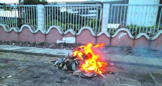 澳大利亚垃场n'_环卫工人扫完垃圾当街烧掉 市民希望规范作业流程(图)