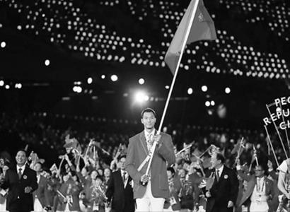 在伦敦奥运会开幕式上,中国代表团第42个出场,易建联作为中国代表团旗手,高擎中国国旗引领代表团队伍入场。