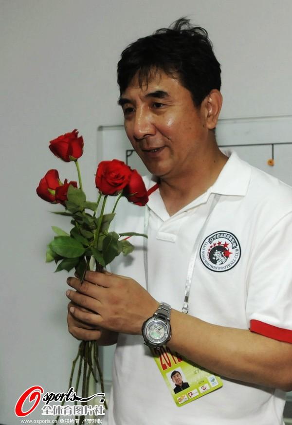 马林收下玫瑰花和祝福 喜笑颜开