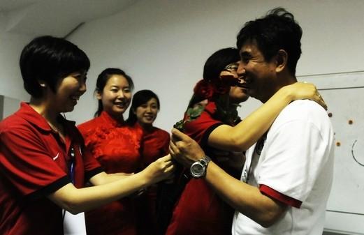 幻灯:辽宁球迷为马林庆生 美女献玫瑰花和香吻