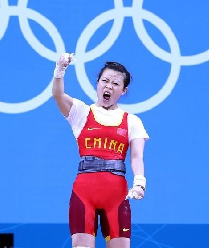 当地时间7月28日,在伦敦奥运会女子举重48公斤级决赛中,中国选手王明娟夺得金牌。图为王明娟在比赛中。记者 廖攀 摄