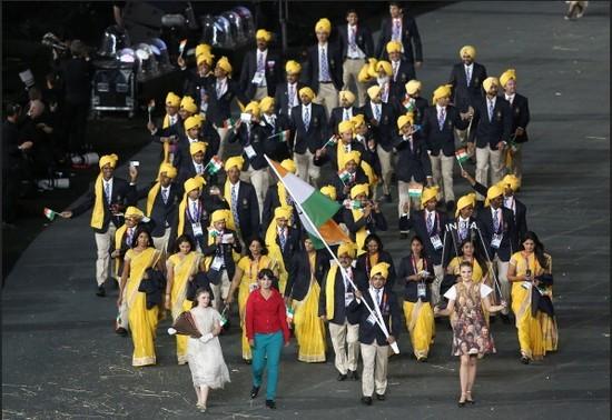 印奥运军团开幕式入场混入神秘红衣子(图)