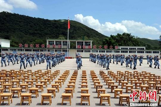 """7月29日,第八届""""香港青少年军事夏令营""""结业典礼在新围军营举行,240名青少年经过15天多项不同内容的学习培训活动圆满结业。中新社发 任海霞 摄"""