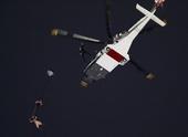 图文:奥运开幕式 女王跳伞
