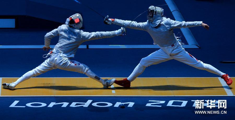 7月29日,仲满(右)与金政焕在比赛中。当日,在2012年伦敦奥运会男子个人佩剑比赛中,中国选手仲满以15比14险胜韩国选手金政焕,晋级下一轮。新华社记者 公磊