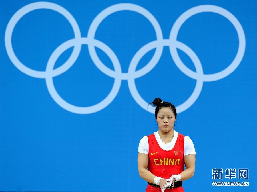 7月29日,中国选手周俊在比赛中。当日,在2012年伦敦奥运会举重女子53公斤级的比赛中,中国选手周俊在抓举比赛中三次试举失败,无缘奖牌。 新华社记者 公磊