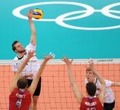 图文:男排预赛:俄罗斯3-0胜德国 即将扣球