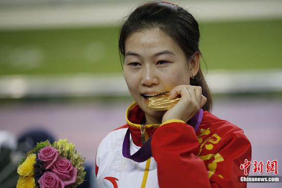 当地时间7月28日,在伦敦奥运会女子10米气步枪决赛中,中国选手易思玲夺得本届奥运会首枚金牌。记者 盛佳鹏 摄