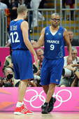 图文:美国男篮迎来伦敦首秀 帕克与队友