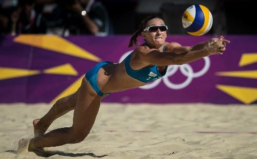 沙滩排球女子小组赛意大利胜 奋力接球