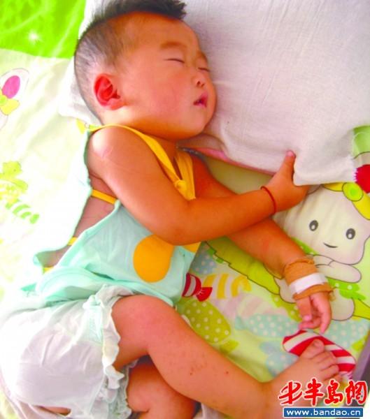 床上 娃娃 高密/孩子躺在病床上