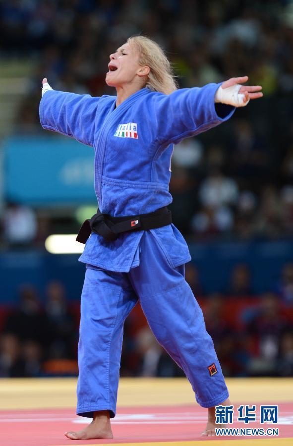 7月29日,意大利选手罗萨尔芭·福尔奇尼蒂庆祝胜利。当日,在伦敦奥运会柔道女子52公斤级的铜牌争夺战中,意大利选手罗萨尔芭·福尔奇尼蒂战胜卢森堡选手,夺得铜牌。 新华社记者吴晓凌摄