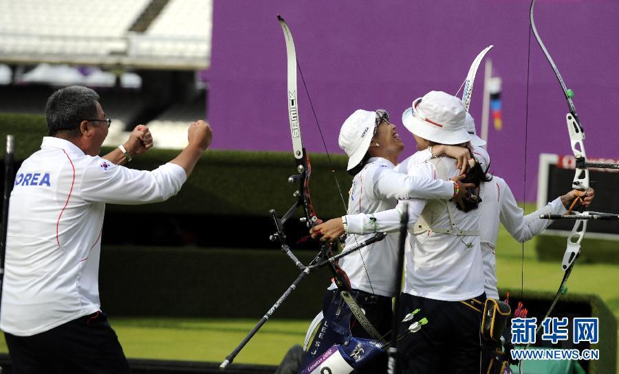 7月29日,韩国队在夺冠后拥抱庆祝。当日,在2012年伦敦奥运会女子射箭团体赛决赛中,韩国队以210比209战胜中国队,夺得冠军。 新华社记者格桑达瓦摄