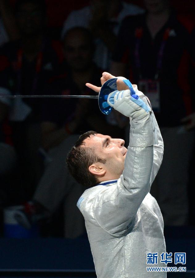 2012年7月29日,在伦敦奥运会男子个人佩剑决赛中,匈牙利选手西拉吉击败意大利选手奥基乌齐,夺得冠军。图为,西拉吉庆祝夺冠。 新华社记者 曾毅