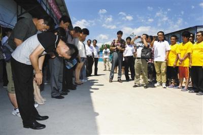 北京 贾志强/昨天上午,获救者贾志强(左二)代表获救者向施救的工人英雄们...