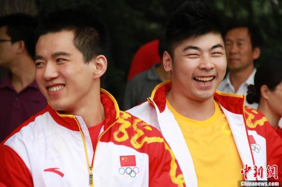 7月24日,中国男子举重队队员陆浩杰(左)和陆永(右)即将出征2012年伦敦奥运会,他们将分别参与77公斤级和85公斤级男举的较量。记者 李慧思 摄