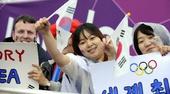 图文:射箭韩国女团获得金牌 韩国观众加油助威