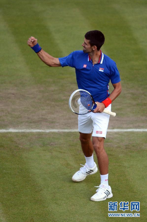 7月29日,焦科维奇庆祝胜利。当日,在2012年伦敦奥运会网球男单第一轮比赛中,塞尔维亚选手焦科维奇以2比1战胜意大利选手法比奥·福尼尼。新华社记者陶希夷摄