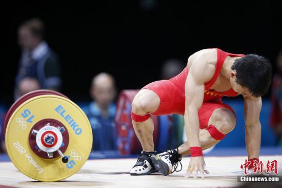 当地时间7月29日晚,在伦敦奥运会男子举重56公斤比赛中,中国选手吴景彪屈居亚军。图为吴景彪在比赛中。记者 盛佳鹏 摄