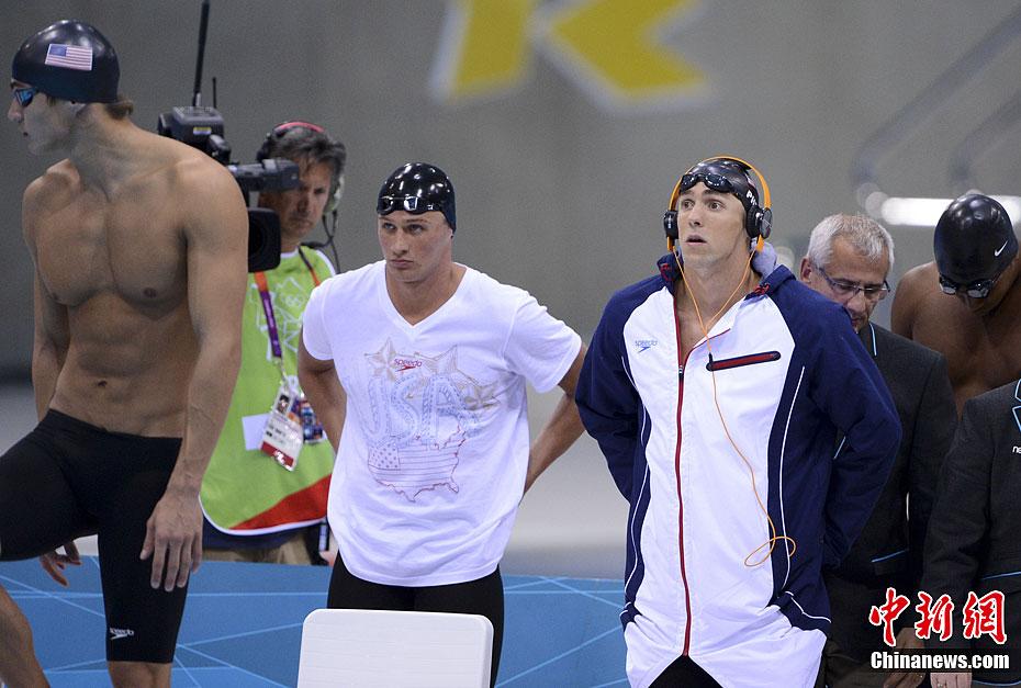 当地时间7月29日晚,伦敦奥运会男子4×100m自由泳接力赛决赛中,金牌被后来居上的法国队夺走,使美国队在这一项目上卫冕失败。颁奖仪式上菲尔普斯忍不住掂量起银牌的分量。记者 廖攀