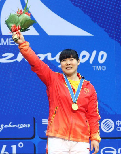 北京奥运会女子举重69公斤级比赛,刘春红以三破世界纪录的成绩轻松夺金。不过在随后刘春红饱受伤病困扰,最终在今年四月因伤退出奥运选拔赛,彻底无缘伦敦奥运。
