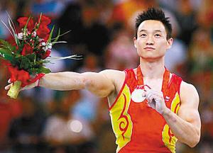 北京奥运会体操男子团体和个人全能两枚金牌得主杨威,在北京奥运会后选择了退役。如今的他早已经结婚生子,将以一个观众的身份参与伦敦奥运会。