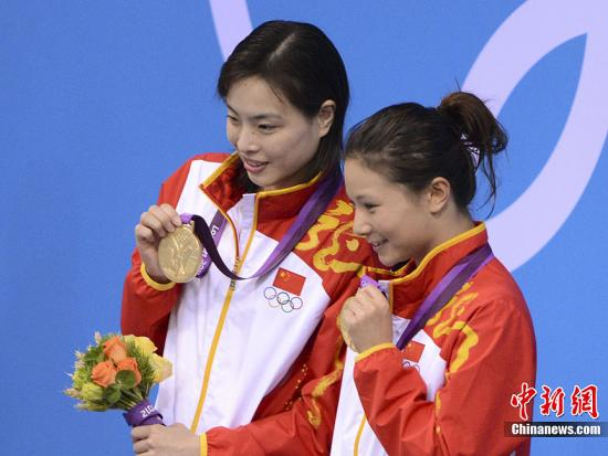 当地时间7月29日下午,伦敦奥运会女子双人3米板跳水决赛中,中国选手吴敏霞、何姿获得金牌。记者 廖攀 摄