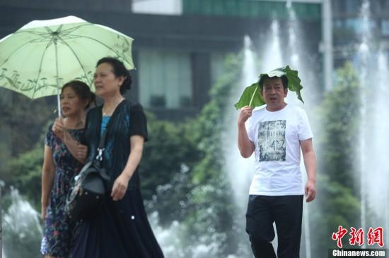 """重庆气温最高超37℃ 街头短裤长裙""""风光好"""""""