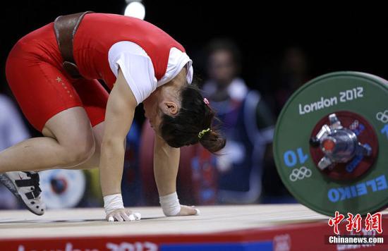 当地时间2012年7月29日,伦敦奥运会女子举重53公斤级,周俊遗憾无成绩。东方IC 版权作品 请勿转载