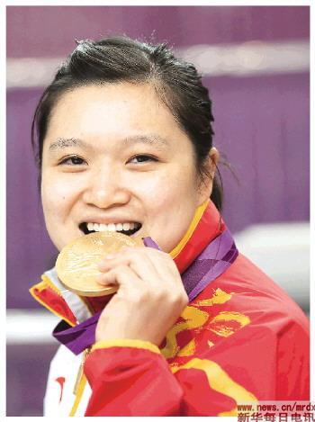 7月29日,郭文珺在颁奖仪式后咬金牌。