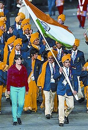 """深圳晚报讯 蹭吃蹭喝的见过,但你见过在奥运开幕式上""""蹭入场式""""的吗?昨日印度向伦敦奥运会组委会提出抗议,对奥运会开幕式上一名神秘女子闯入其代表团队伍一事表达不满。"""