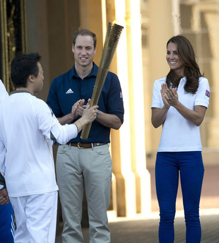 一向热爱运动的英国王室,近日频频亮相各类活动助阵奥运,英国当地时间7月26日,英国王室威廉王子携凯特王妃出席奥运宣传活动。