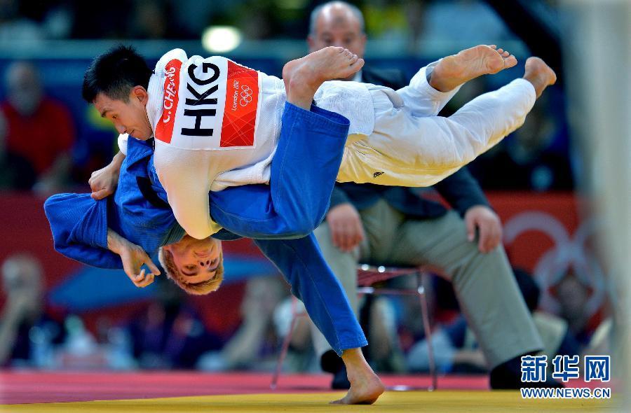 7月30日,中国香港选手张志业(右)在比赛中。当日,在伦敦奥运会柔道男子73公斤级首轮比赛中,张志业不敌美国选手德尔波波洛,未能晋级。新华社记者陈晓伟摄