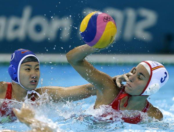 奥运图:女子水球中国不敌西班牙 马欢欢防守