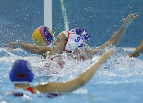 奥运图:女子水球中国不敌西班牙 双方激烈拼抢