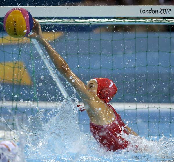 奥运图:女子水球中国不敌西班牙 西班牙守门员