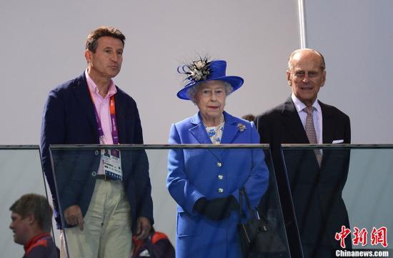 日,2012年伦敦奥运会,英国女王伊丽莎白二世观看游泳比赛.图片