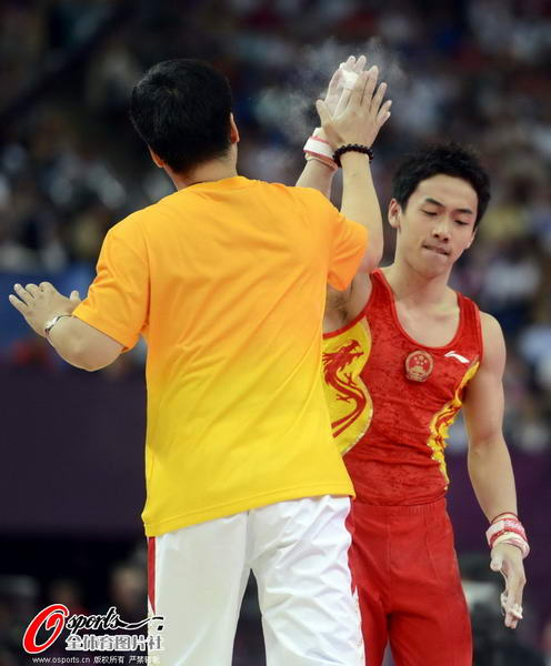 冠相庆_奥运图:体操男团中国卫冕 邹凯与教练击掌相庆