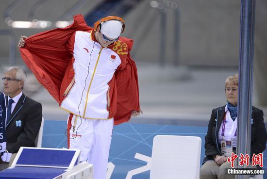 当地时间7月29日,伦敦奥运会男子200米自由泳半决赛中,中国选手孙杨再压韩国老对手朴泰桓,晋级决赛。记者 廖攀 摄