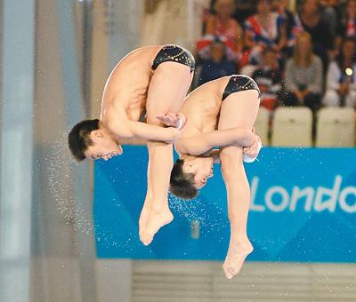 7月30日,曹缘(右)/张雁全在比赛中。当日,在伦敦奥运会男子双人十米台跳水决赛中,中国组合曹缘/张雁全以486.78分的总成绩夺冠。