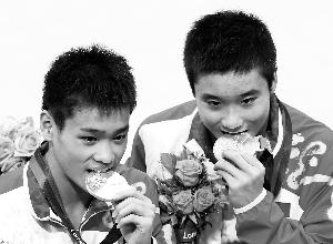 曹缘(右)说金牌滋味很好。