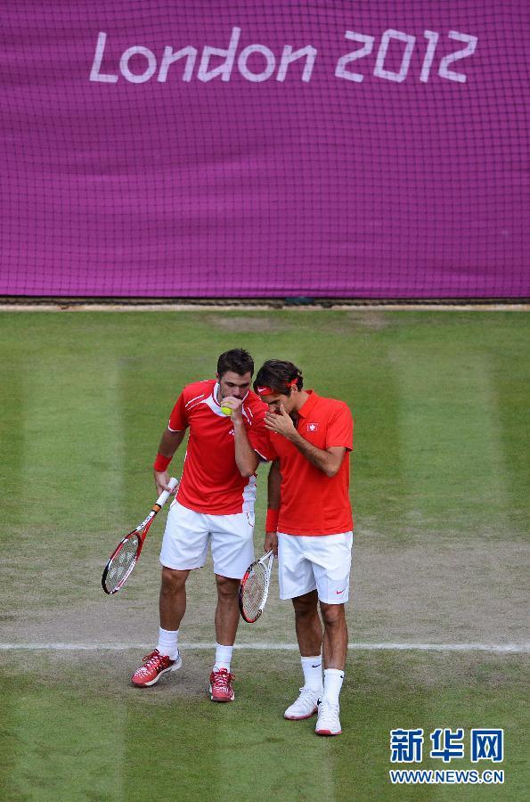 7月30日,费德勒(右)/瓦林卡在比赛中。当日,在伦敦奥运会网球男双第一轮比赛中,瑞士选手费德勒/瓦林卡以2比1战胜日本选手锦织圭/添田豪。新华社记者陶希夷摄