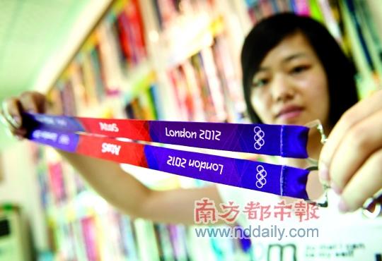 7月30日,东莞展宏织带有限公司负责制造伦敦奥运会官方挂带。南都记者陈奕启摄