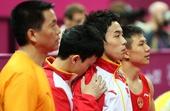 奥运图:中国体操男团夺冠 躲在邹凯身后
