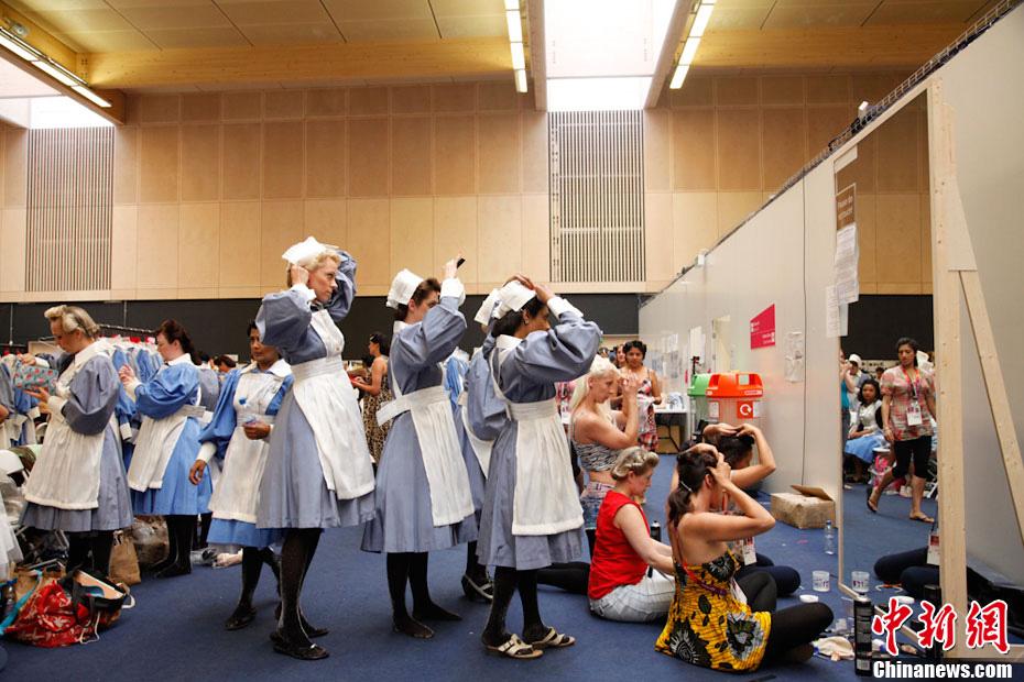 """伦敦奥运会开幕式上""""奇妙岛屿""""独特魅力令人难以忘怀,在光鲜舞台的背后又发生了多少鲜为人知的故事,让我们一起走进开幕式后台。中新社发 赵依依"""