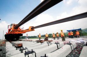 湘桂铁路柳州段开始铺设长轨。 谢裕增摄