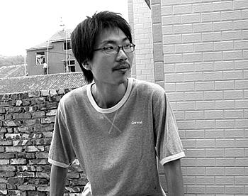 """乌青,原名郑功宇,1978年10月出生于浙江玉环,先锋诗人、小说家、影像作者。因""""废话体""""诗走红网络。"""