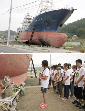 中国赴日学生在轮船前默哀