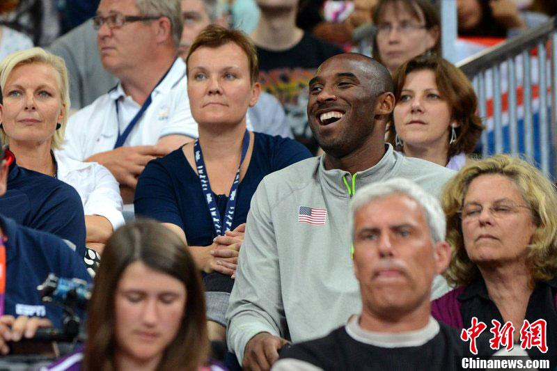当地时间7月30日,2012伦敦奥运女排小组赛,美国对阵巴西。科比现场观战,面挂微笑与粉丝合影。